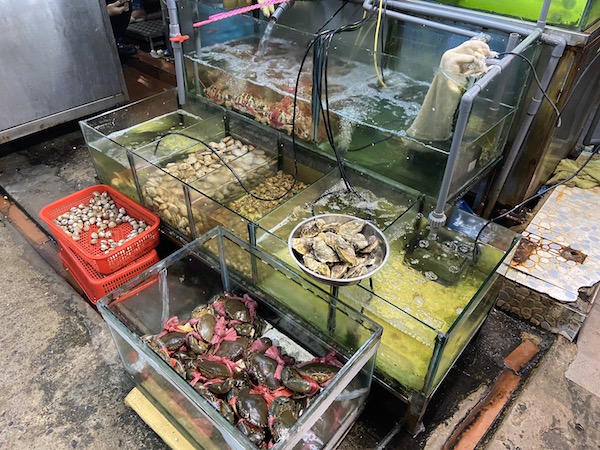 Mai Lien Seafood Restaurant Dong Tac in Hanoi - Seafood tanks